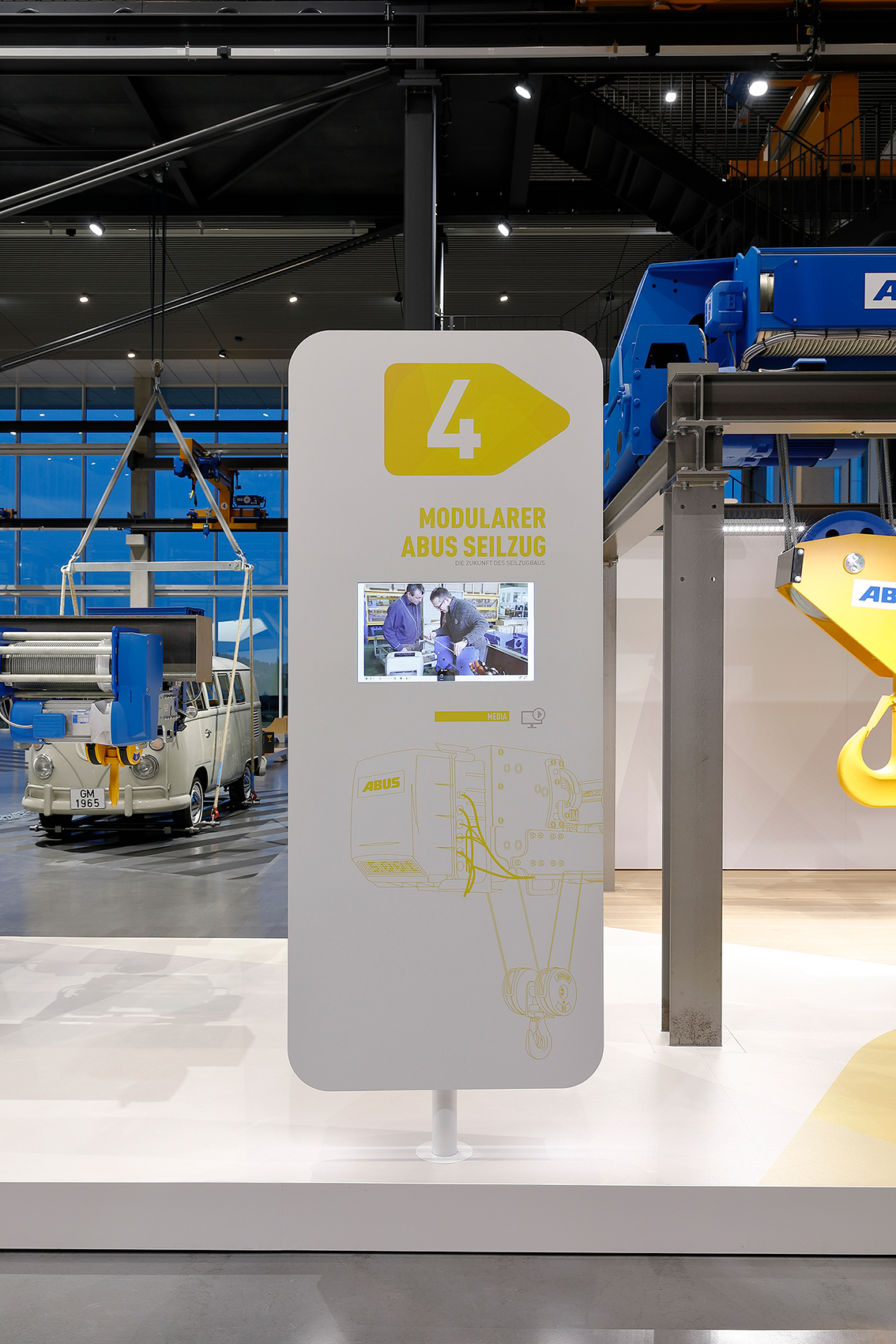 The product world offers an overview of Abus products in various stations. A special highlight is a real crane system, which allows a ride over the exhibition area at an altitude of eight metres. At the heart of the hall is the centrally arranged communication area, which serves as a platform for lectures and conversations to visitors and employees.