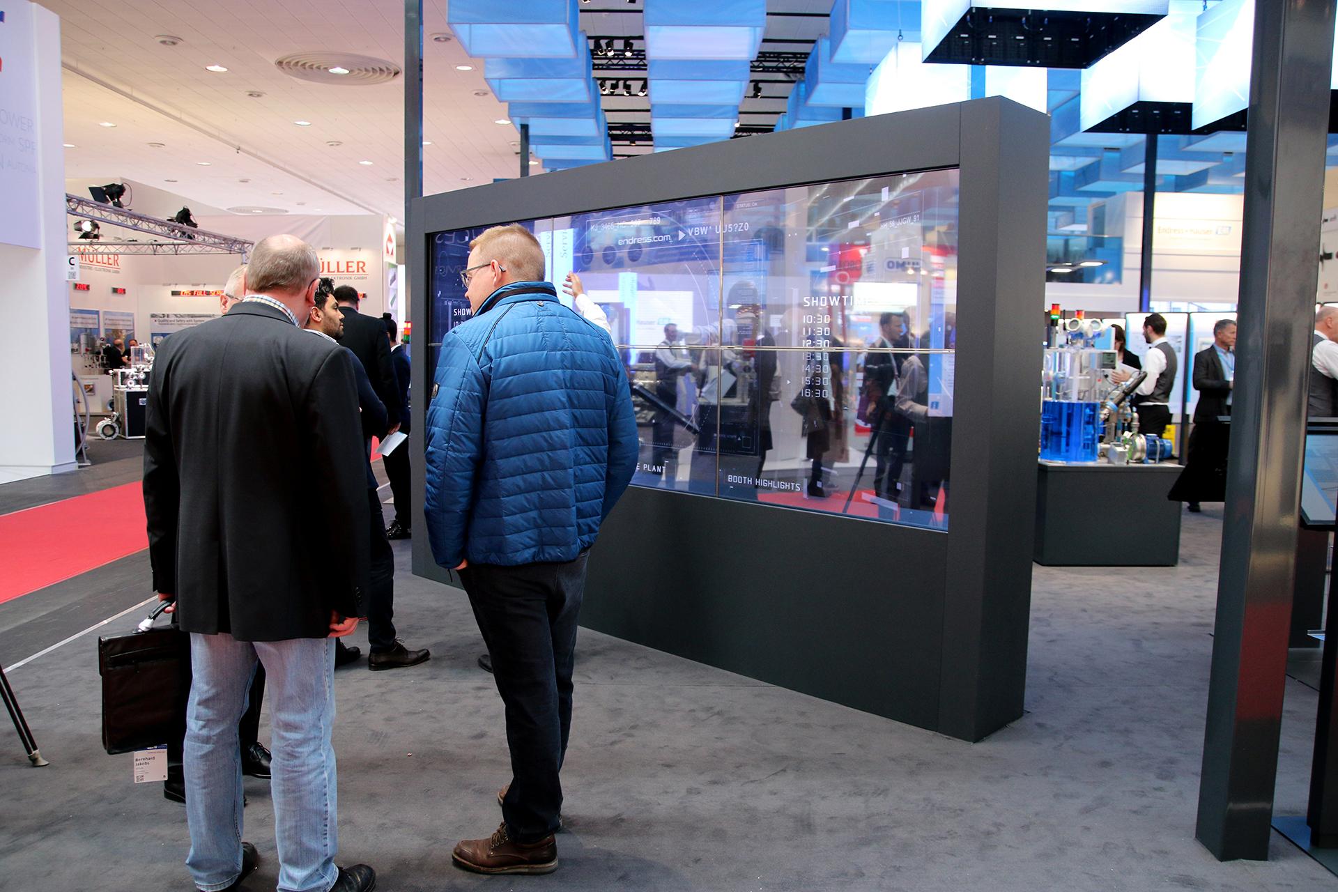 Mit einer transparenten, interaktiven OLED Powerwall präsentierte Endress & Hauser auf der HMI seine Produkte und Leistungen.