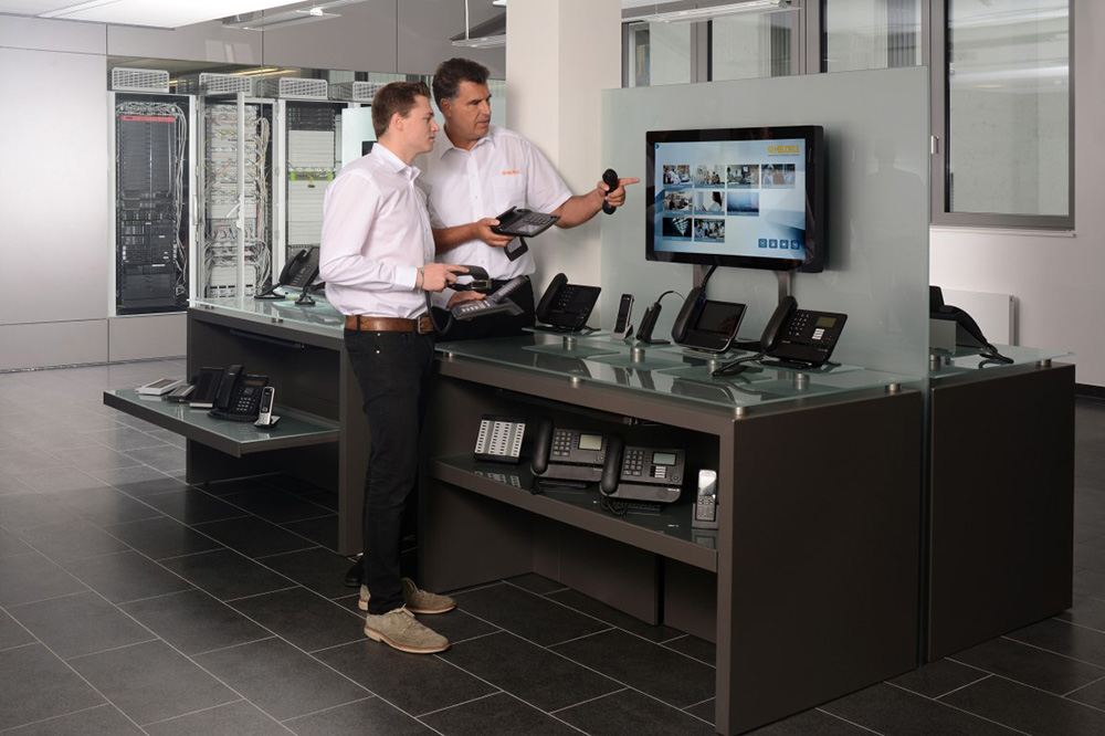 The product portfolio is presented interactively on various retail areas with the help of touch displays and smartPerform applications. Employees from sales and consulting either use a guided product presentation or specifically access the appropriate topics.