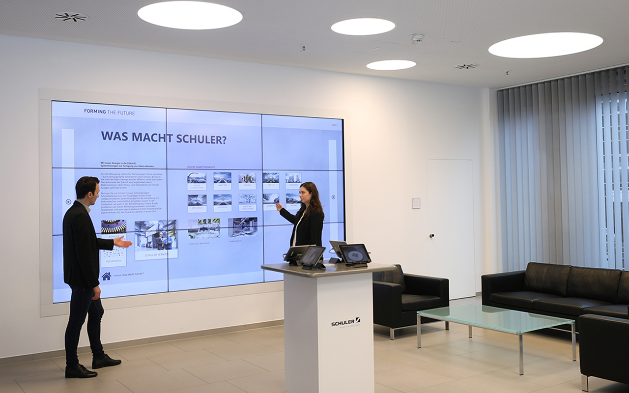 Company tours also start there - this gives visitors a holistic impression of Schuler's performance without having to visit the extensive or safety-relevant areas on the factory premises.