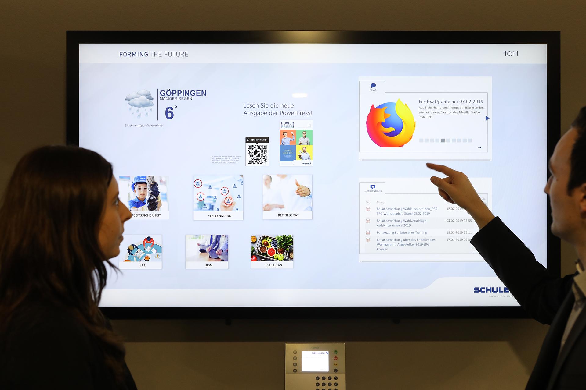 Am digitalen schwarzen Brett können für verschiedene Bereiche wie etwa Produktion und Verwaltung einheitliche Inhalte, z.B. der Speiseplan, Aushänge der Bereiche oder News aber auch spezifische Inhalte für Shopfloor-Runden zur Verfügung gestellt werden.