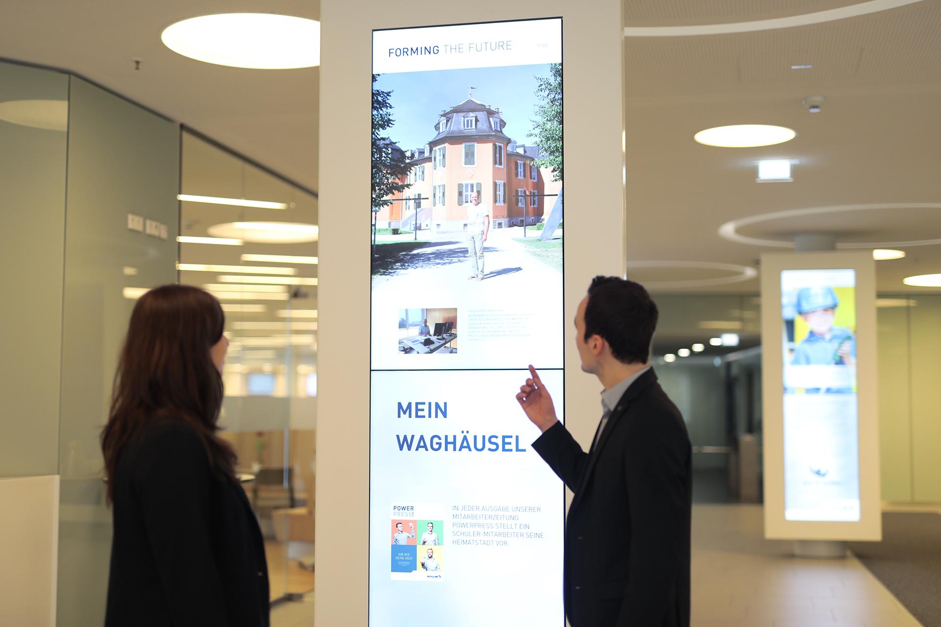 Im Gebäude informieren Bildschirmstelen Besucher und Mitarbeiter über aktuelle Themen aus den verschiedenen Niederlassungen, Pressemitteilungen, Wetter- und Verkehrsnachrichten oder über Sonderthemen wie Arbeitssicherheit.