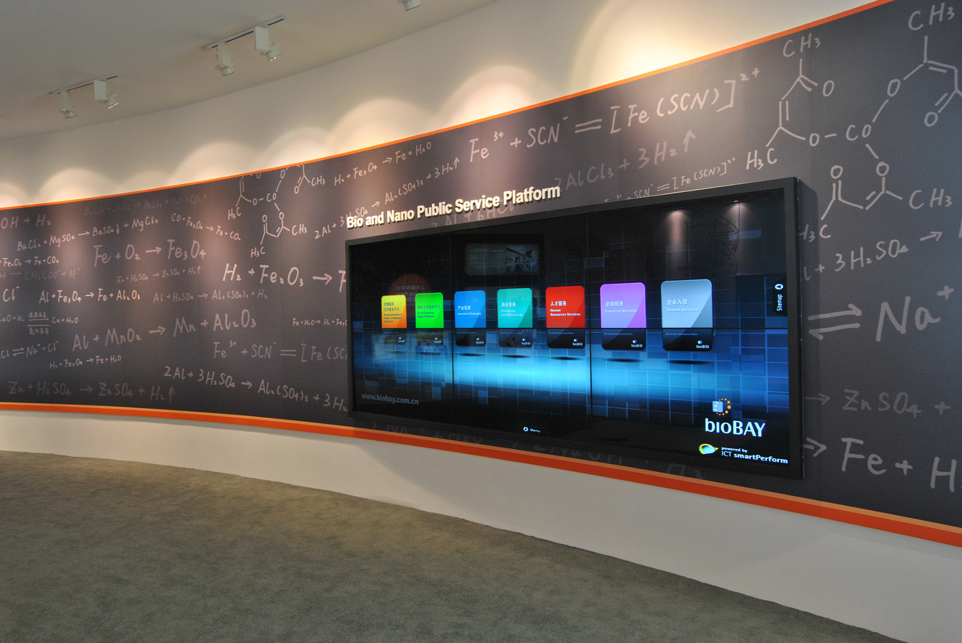 In the back of the showroom, visitors can access a power wall with touch frames, information on the personnel structure, product policy, the development of bioBAY as well as the latest news. smartPerform ensures the optimal presentation of the content in the unconventional wide-screen format.